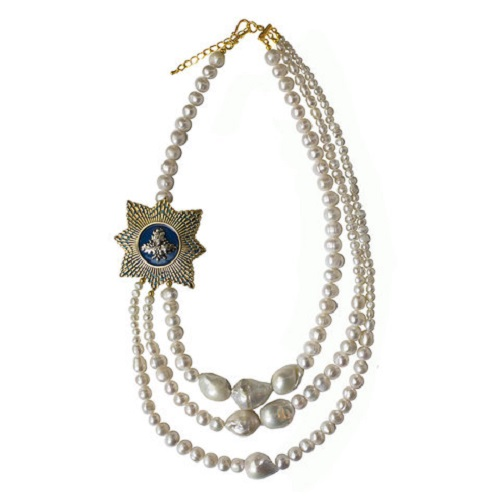 Masterpeace pearl necklace with acorn medallion