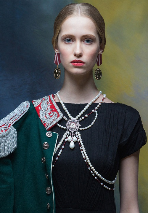 Necklace bolero made of pearls and earrings in the form of order