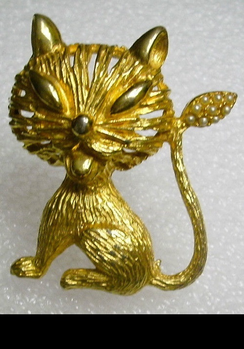 Hattie Carnegie Signed Siamese cat brooch, pearls on tail