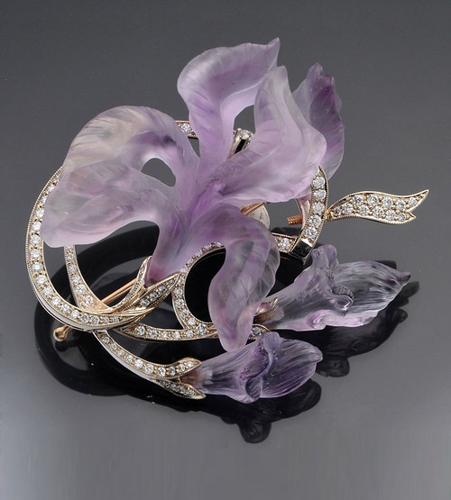 Pendant brooch of gold with diamonds and amethysts