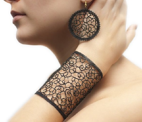Vanda Lapajne bracelet and earrings (textile yarns with the addition of gold)