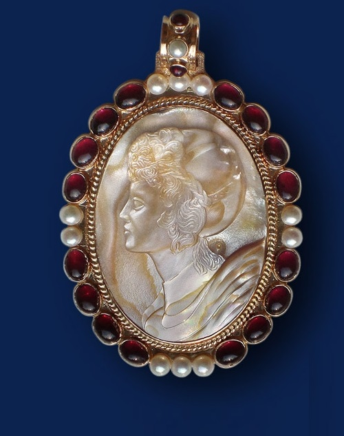 Cameo. Mother of pearl, gold, garnet, pearl