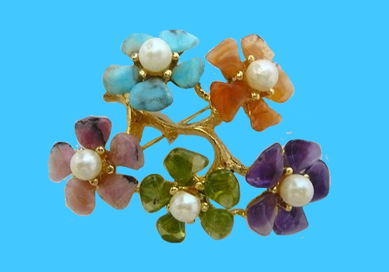 Flower brooch, jewelry alloy, gold plated, flowers made of natural semiprecious stones, and cultured pearls. 5,3x4,5 cm