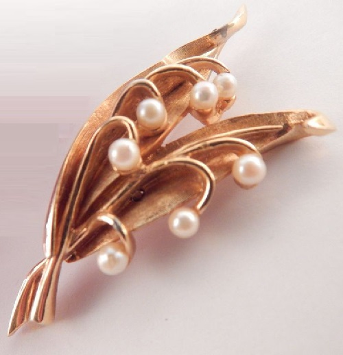Lilies of the valley - one of the 12 flower brooch series, which corresponds to the month of May. In this series, used natural pearls