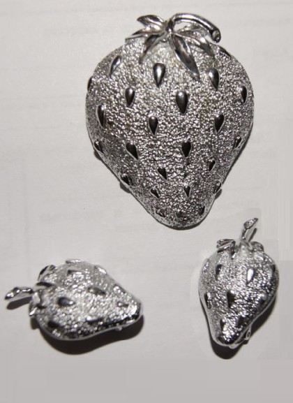 Strawberry. Luxury set of vintage jewelry alloy coated with silver tone. The quality time-tested. 1960