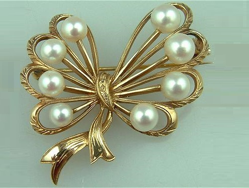 Gold Brooch with pearls by Mikimoto