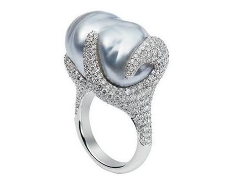 Ring with pearls and diamonds from Mikimoto
