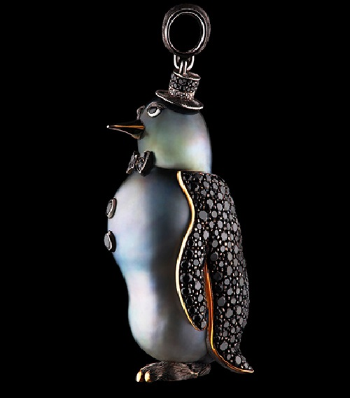 Animals high jewellery Pendant. Penguin of 18k white gold, 285 diamonds, baroque pearl