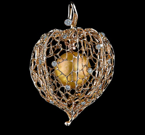 Caravaggio high jewellery Pendant 18k yellow gold, 24 diamonds, golden pearl