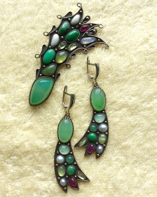 Comet Brooch and earrings. Copyright jewelery with natural gemstones manual processing, created in the single copy. Central chrysoprase processed in the form of bilateral cabochon