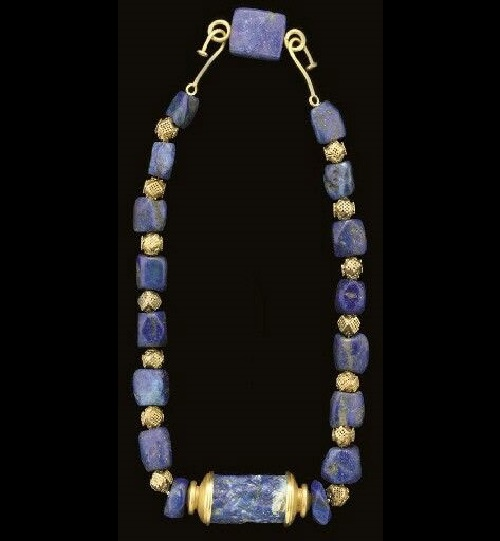 This necklace made of lapis lazuli and gold was found from other excavations, it also very clearly demonstrates the features of the ancient Sumerian blue and gold ornaments