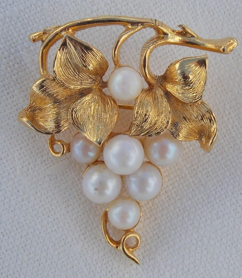 Vintage brooch Lisner. Beautiful golden grape branch with artificial pearls