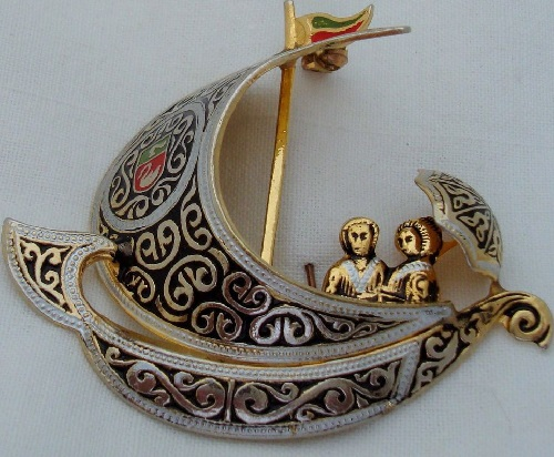 Brooch 'Sailboat with two in love' in the art damascene art technique (Spain)