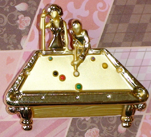 "Brooch ""The game of billiards"" in gold, enamel (AJC United States)"