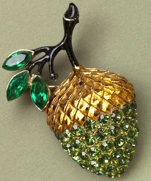Magic Plants in Jewellery. Vintage brooch Gold Acorn