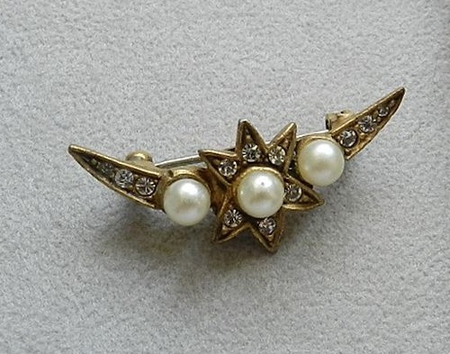 Small brooch in the form of a crescent from the company Cadoro