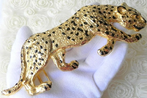 Spectacular buckle in animalistic style. It depicts a graceful cheetah, Mimi Di N, USA