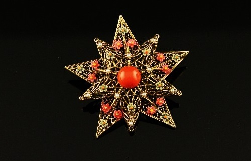 Spectacular vintage brooch by Art, made of costume jewellery alloy coated with a antique gold