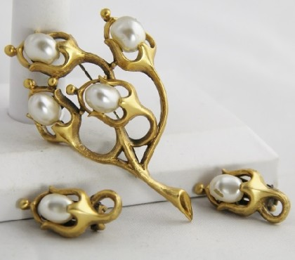Set of brooch and clips, artificial pearls. Tortolani vintage