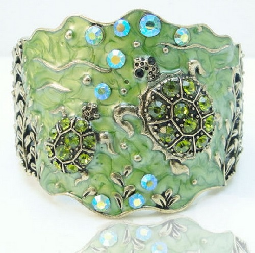 Bracelet with green enamel Turtles in vintage style. Handmade. Made of metal alloy coated in gold antique, with Swarovski crystals and rock crystal