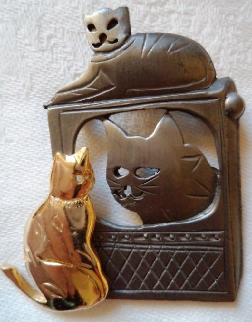 Vintage Signed Ultra craft Silver-Gold pewter Cat watching TV