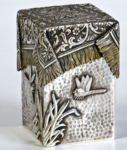 A silver trompe l'oeil box with cover. The body decorated with dragonflies