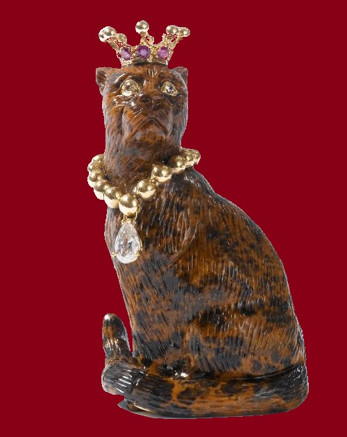Carved cat, gold and jewelry agate, 20th century. mottled brown and black agate, gold collar with a diamond pendant, with diamond eyes and ruby crown