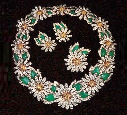 Elizabeth Taylor's Van Cleef and Arpels Daisies necklace. Gold, colored and transparent diamonds, chrysoprase