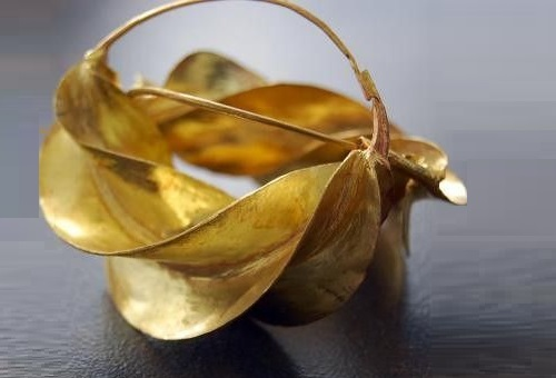 Fancy gold earrings with a bow come in various sizes from small to huge, tied up directly to the ears