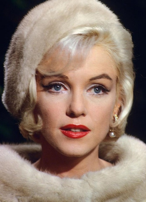 Marilyn wearing pearl earrings