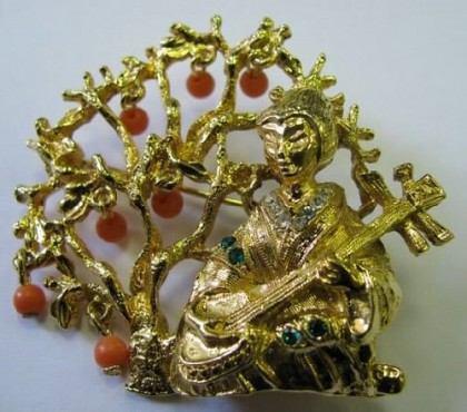 Vintage brooch Geisha playing musical instrument, made by Art, 1960s