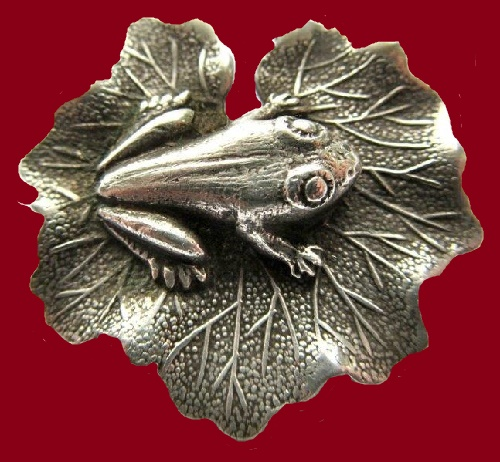 Lang Sterling Vintage Jewellery. Silver brooch Frog on a lily pad
