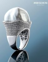 Large baroque pearl shining in diamond waves