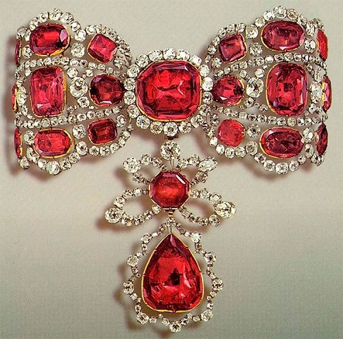 Part of choker - precious bow-sklavazh, made of gold, silver and encrusted with spinel and diamonds. Diamond Fund of the Moscow Kremlin