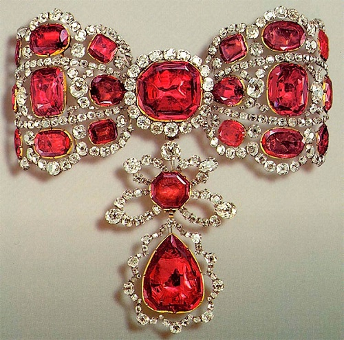 Part of choker - precious bow-sklavazh, made of gold, silver and encrusted with spinel and diamonds. Fashionable Precious choker. Diamond Fund of the Moscow Kremlin