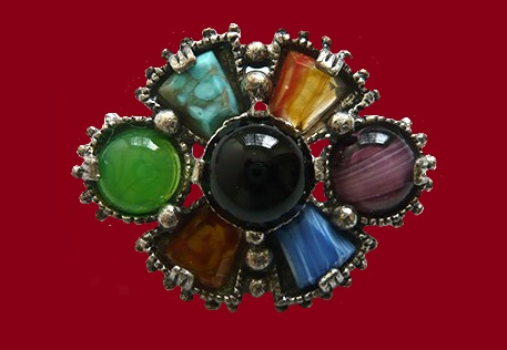 Made in the traditional Scottish style brooch costume jewelery alloy silver tone with black, decorated with cabochons and natural stones. 3.5 x 4.3 cm