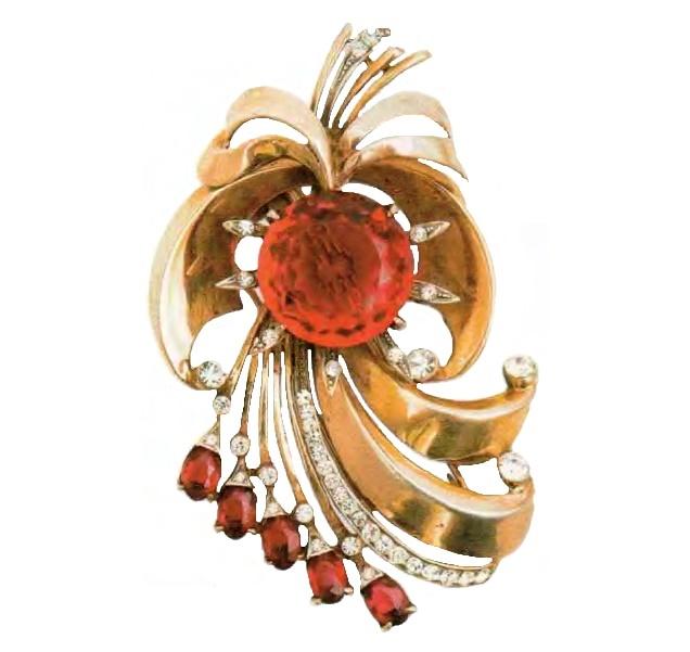 Fur clip. Gilded silver, ruby crystals, pink montanite, rhinestone. 1940s 7.5 cm £ 200-250 RG