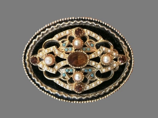 Oval shaped brooch. Beads, faux pearls, rhinestones. 5.5 cm. 1960s