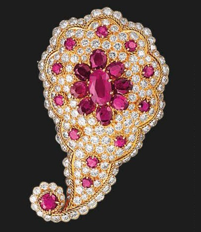 Clip Feuille Persane. This 1966 Persian leaf clip made of gold and set with rubies and diamonds
