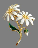 Chamomile, vintage brooch. Covered with enamel, decorated with rhinestones. Alloy golden color. 4 cm