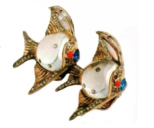 Fishes. gilded silver, lucite, pink and sapphire cabochons, transparent rhinestone. 1940s 4.5 cm £ 375-425 CRIS