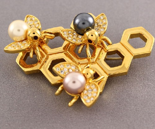 Three little bees brooch of gold tone metal, rhinestones