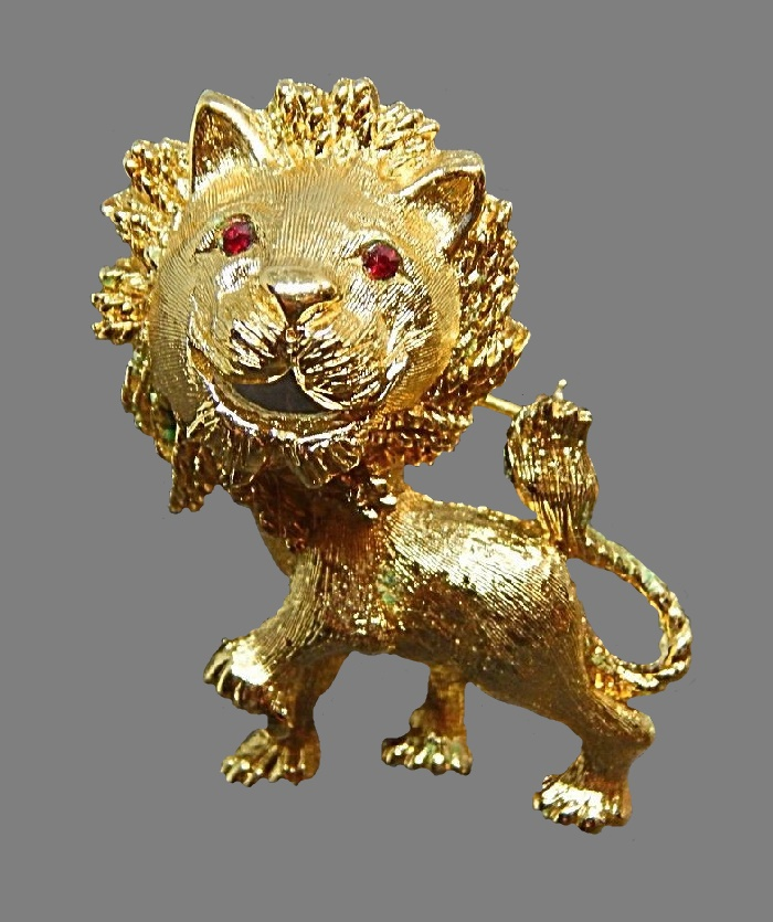 Lion brooch. Jewelry alloy of gold tone, rhinestones,4 cm