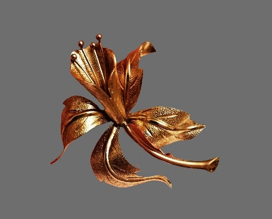 Lily flower gold tone brooch. 6.3 cm. 1960s