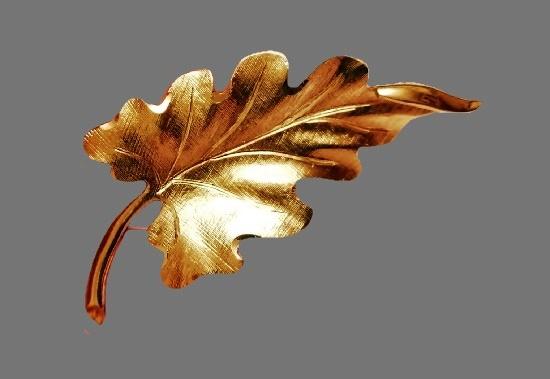 Oak leaf brooch gold plated. 6.7 cm. 1970s