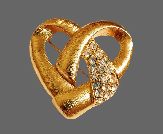 Open work heart brooch. Gold plated metal alloy, pave rhinestones. 4 cm. 1970s