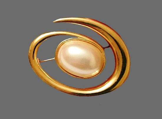 Swirl brooch. Gold plated metal alloy, faux pearl. 4.5 cm. 1970s