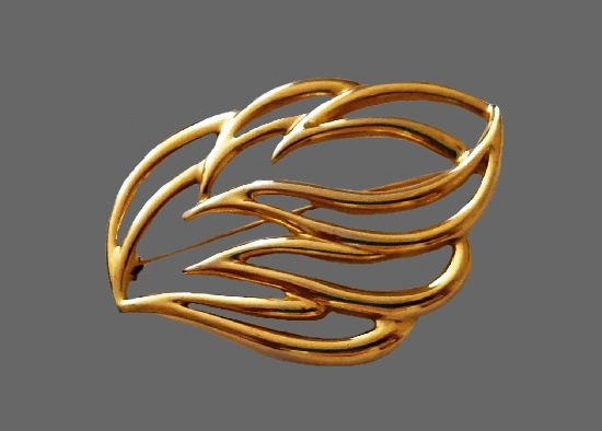 Monet open work leaf brooch pin. Gold plated metal alloy, 6.3 cm. 1970s