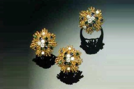 Ring and a pair of earrings in gold with diamonds in the form of stylized stars with rays. 1960's