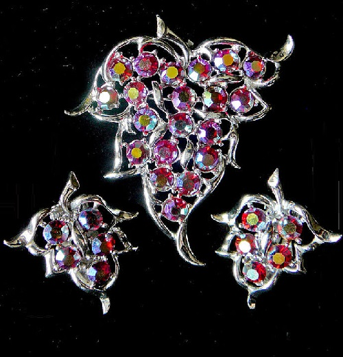 Set of vintage jewelry of brooch and clips in the form of leaf